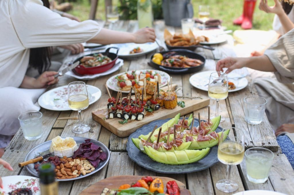 picnic food ideas on a picnic table